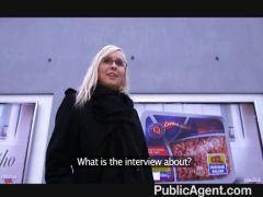 Blondine poppt auf offener Straße